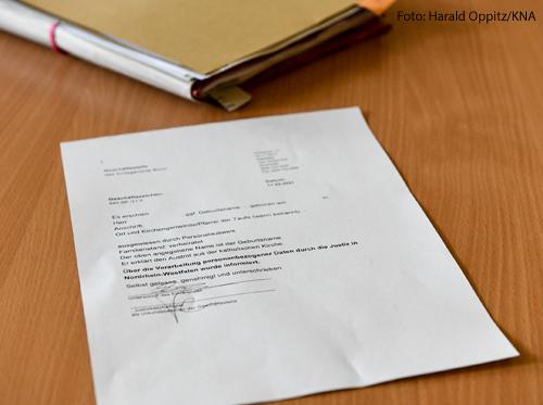 Formular für den Kirchenaustritt auf einem Schreibtisch im Amtsgericht in Bonn am 11. März 2021.