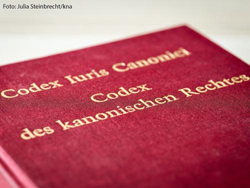 """Der rote Buchdeckel des Codex Iuris Canonici (CIC), """"Codex des kanonischen Rechtes"""""""
