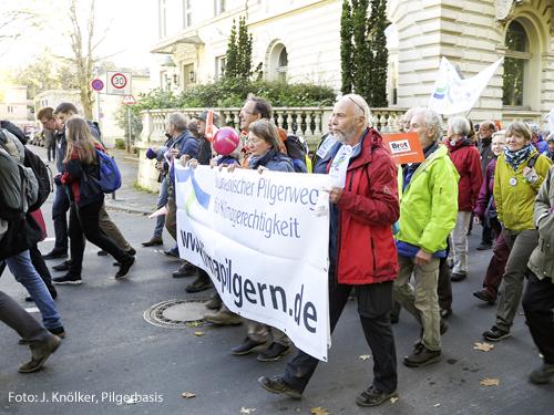 Sie wollen was bewegen: Wolfgang Löbnitz (vorn, in der roten Jacke) und die Klimapilger, hier bei einer Demonstration im November 2017 zu Beginn der UN-Klimakonferenz in Bonn.