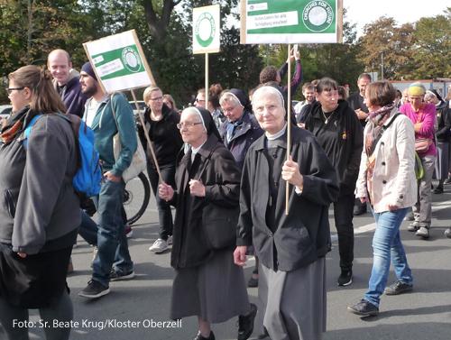 """Zwei Ordensfrauen der Oberzeller Franziskanerinnen laufen beim Klimastreik von """"Fridays for Future"""" mit."""
