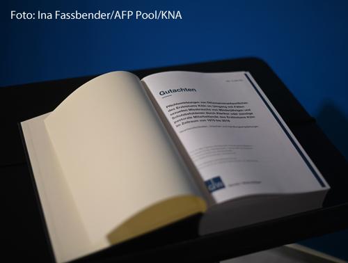 """Ein dickes Buch liegt aufgeschlagen auf einem Tisch. Auf der rechten Seite steht das Wort """"Gutachten"""":"""