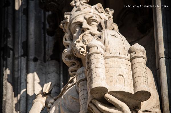 Eine Statue von König Salomo am Kölner Dom