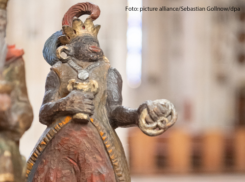 Eine Krippenfigur aus dem Ulmer Münster zeigt einen dunkelhäutigen Menschen mit dicken Lippen, Federkrone und großen Goldohrringen. Die Figur ist laut der Gemeinde diskriminierend - deshalb will sie sie nicht mehr aufstellen.