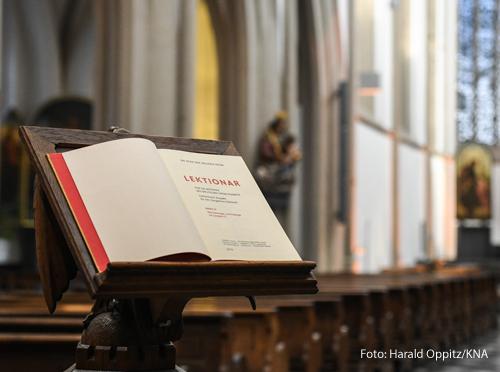 Ein Lektionar liegt aufgeschlagen in einer Kirche.