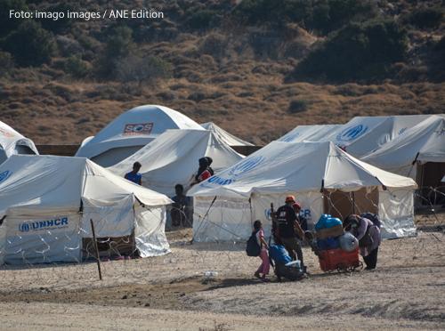 Weiße Zelte stehen im Lager Kara Tepe auf der griechischen Insel Lesbos.