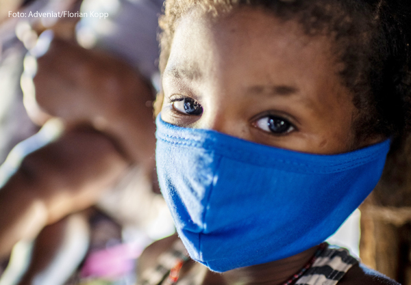 Ein Mädchen in Brasilien, einem der Länder, die besonders schlimm an der Corona-Krise leiden.