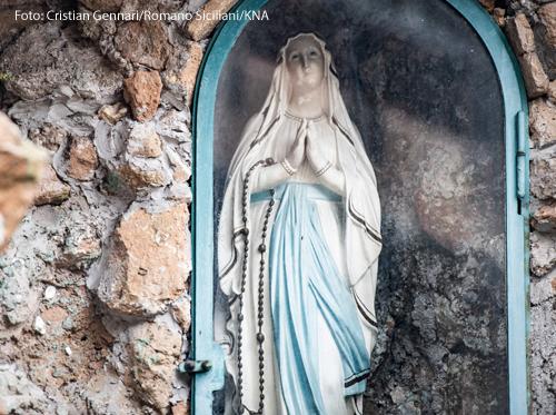Eine Statue zeigt die betende Muttergottes
