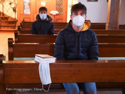 Gottesdienstbesucher tragen FFP2-Masken