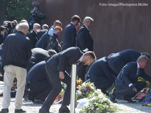 Politiker legen bei der Gedenkveranstaltung zum Mauerbau Blumen nieder.
