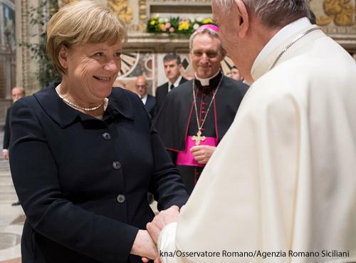 Bundeskanzlerin Angela Merkel bei einem Besuch mit dem Papst.