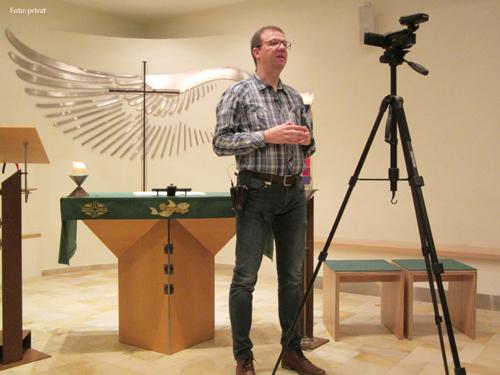 Der Gefängnisseelsorger Michael Heitz bei der Aufzeichnung einer Ansprache.