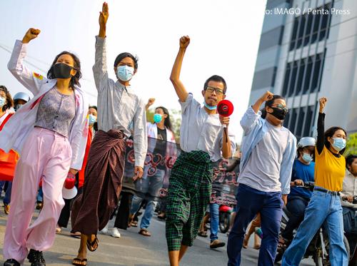 Menschen in Myanmar demonstrieren gegen den Militärputsch.