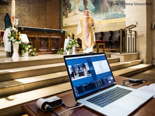 Ein Laptop steht vor dem Altarraum bei dem Live-Stream eines Ostergottesdienstes am 12. April 2020 in der Kirche Saint Pierre de Charenton in Charenton-le-Pont