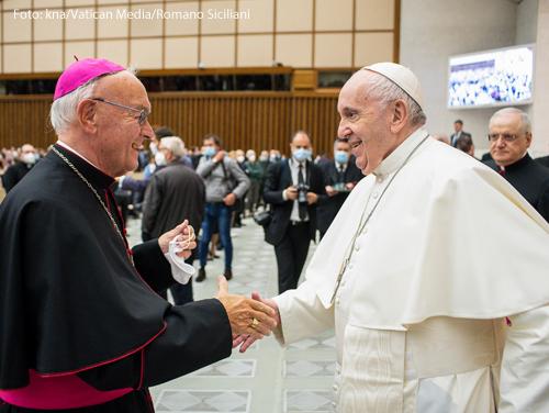 Altbischof Josef Algermissen trifft Papst Franziskus.