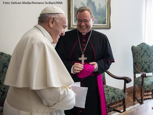 Georg Bätzing (m.), Vorsitzender der Deutschen Bischofskonferenz (DBK) und Bischof von Limburg, , beim Antrittsbesuch bei Papst Franziskus am 27. Juni 2020 im Vatikan.