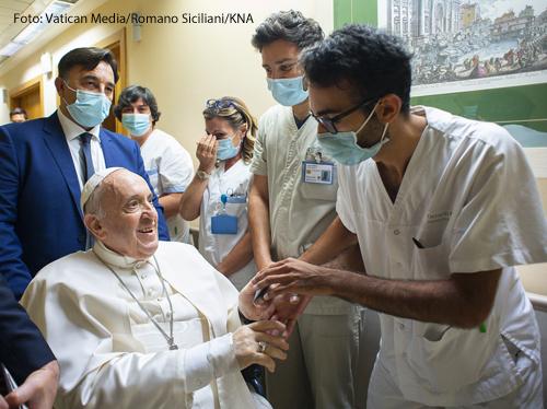 Papst Franziskus im Gespräch mit einem Krankenhausmitarbeiter in der Gemelli-Klinik am 11. Juli 2021 in Rom.