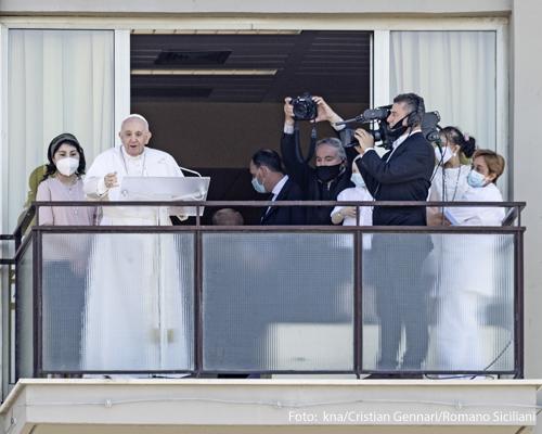 Angelus-Gebet mit Papst Franziskus auf dem Balkon der Gemelli-Klinik am 11. Juli 2021 in Rom.