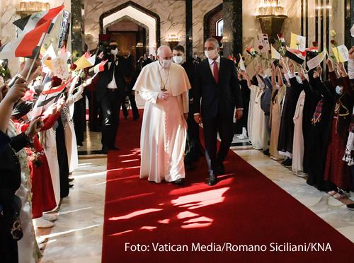 Papst Franziskus (l.) mit Mustafa Al-Kadhimi (r.), Premierminister des Irak, bei dem Auftakt der Papstreise in den Irak am 5. März 2021 in Bagdad.