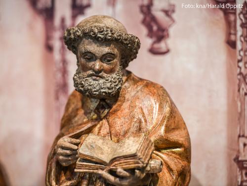 Vergoldete Figur des (vermutlich) Apostels Petrus mit dem Attribut Buch am 4. Juli 2018 in Xanten.