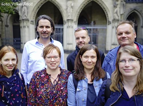 Sieben der acht Mitglieder des Pfarrbrief-Teams vor der St.-Agnes-Kirche.