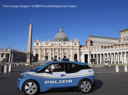 Ein Polizeiauto steht vor dem Petersplatz.
