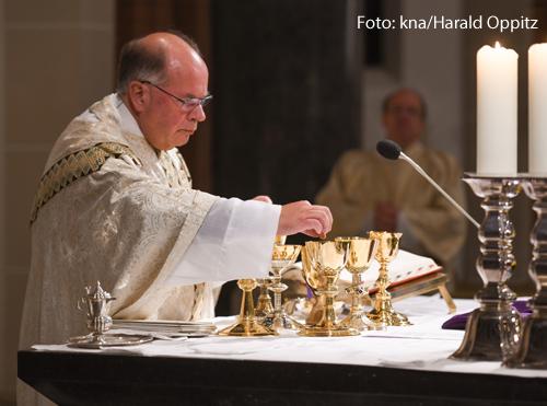 Ein katholischer Priester zelebriert eine Messe.