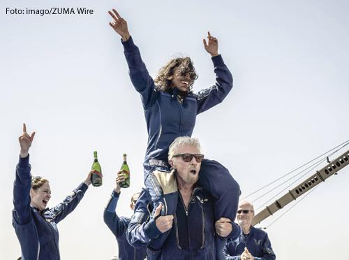 Wir sind die Größten! Der britische Milliardär Richard Branson ist mit einigen Mitstreitern am 11. Juli für wenige Minuten an den Rand des Weltalls geflogen. Auf seinen Schultern der Pilot Sirisha Bandla.