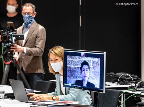 """Eine Teilnehmerin bei einer Videoübertragung der Konferenz der Organisation """"Religions for Peace."""""""