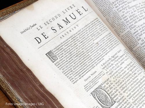 In einer französischen Bibel ist das Zweite Buch Samuel aufgeschlagen.