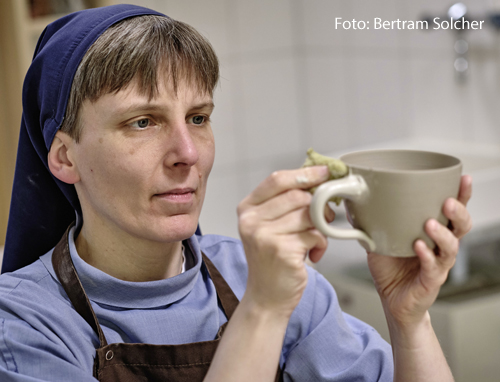 Schwester Caterina Trostheide töpfert eine Tasse.