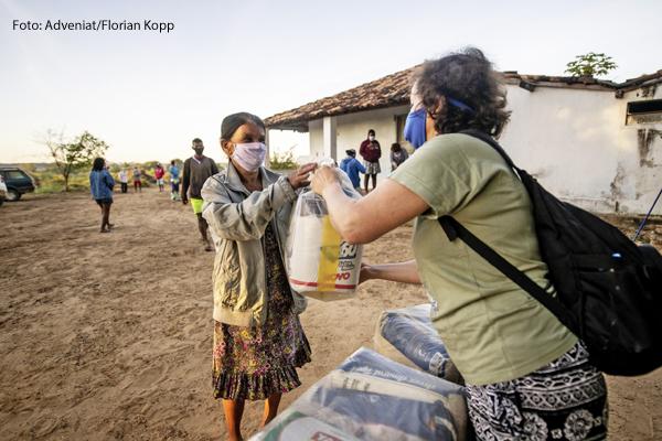 Kirchliche Corona-Soforthilfe: Schwester Neusa de Nascimento (rechts) verteilt Lebensmittel, Hygieneartikel und Schutzmasken in Brasilien.