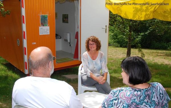 In einem Bauwagen im Saarland sitzen Seelsorger und hören den Leuten, die vorbeikommen, zu.
