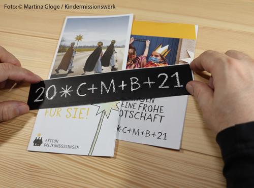 """Auf einem Aufkleber steht der Spruch """"C+M+B+21"""" der Sternsinger. Das steht für """"Christus segne dieses Haus""""."""
