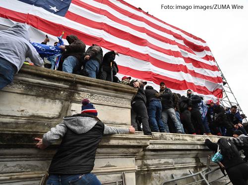 Anhänger des US-Präsidenten Donald Trump versuchen, sich Zugang zum Kapitol zu verschaffen.