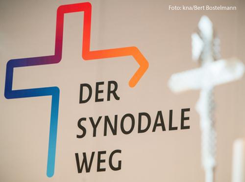 Das Bild zeigt das Logo des Synodalen Wegs: Ein buntes Kreuz, das sich nach rechts zu einem Pfeil öffnet.