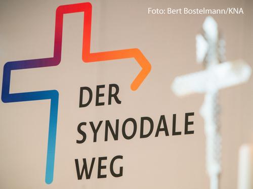 Ein Foto zeigt das Logo des Synodalen Wegs.
