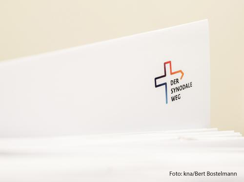 Ein Logo des Synodalen Wegs auf einem Blatt Papier.