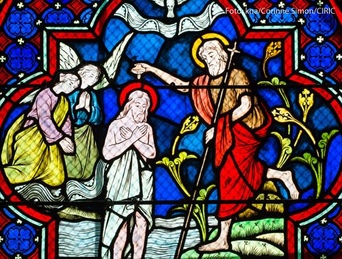 Ein Kichenfenster in der Kirche Saint Denys d'Arcueil in Arcueil zeigt die Taufe Jesu.