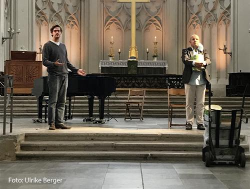 Schauspieler stehen im Greifswalder Dom.