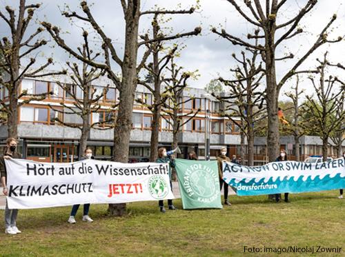 Aktivisten von Fridays for Future demonstrieren vor dem Bundesverfassungsgericht in Karlsruhe.