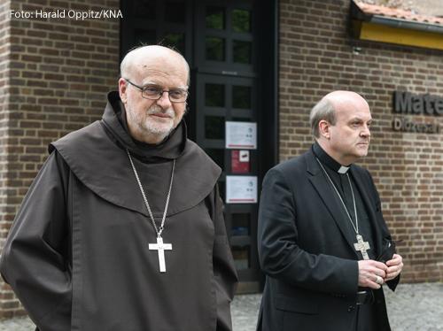 Die beiden Kontrolleure des Papstes haben ihr erstes Gespräch im Erzbistum Köln mit Missbrauchsbetroffenen geführt. Der Stockholmer Kardinal Anders Arborelius und der Rotterdamer Bischof Hans van den Hende hätten die Betroffenen immer wieder ermutigt, sich offen zu äußern, sagte Gesprächsteilnehmer Patrick Bauer der «Augsburger Allgemeinen Zeitung» (Mittwoch). «Ich habe nicht an mich gehalten, einmal bin ich richtig wütend geworden. Ich glaube, ich habe gesagt: Es kotzt mich an!» Er habe den Visitatoren mitgeteilt, dass er sich wünsche, dass ein deutscher Bischof den Mut habe, von sich aus eigene Fehler einzugestehen.  Bauer war vergangenen November als Sprecher des Betroffenenbeirats des Erzbistums Köln zurückgetreten, ebenso der zweite Sprecher Karl Haucke. Der Entscheidung von Kardinal Rainer Maria Woelki, das erste Missbrauchsgutachten nicht zu veröffentlichen, habe das Gremium nur unter Druck zugestimmt, begründeten sie ihren Schritt. Neben den beiden traten weitere Mitglieder aus dem Beirat aus. Mittlerweile ist ein zweites Gutachten veröffentlicht, das hohen Amtsträgern des Erzbistums mindestens 75 Pflichtverletzungen im Umgang mit Missbrauchsfällen nachweist.  «Ich fühlte mich damals instrumentalisiert und benutzt», sagte Bauer der «Augsburger Allgemeinen Zeitung». An dem eineinhalbstündigen Gespräch mit den Visitatoren hätten drei weitere ehemalige Mitglieder des Beirats teilgenommen. Laut Bauer hörten Arborelius und van den Hende damit zunächst ausgetretene Vertreter des Betroffenenbeirats an.  Bauer forderte nach eigenen Angaben in dem Gespräch eine staatlich eingesetzte Aufarbeitungskommission ähnlich wie in den Niederlanden. Mit Blick auf Woelki sagte er: «Er versteht nicht, worum es uns Betroffenen geht. Es geht ihm immer nur um sein Denken, um sein Empfinden und um das, wie er glaubt, wie es gut ist.» Sollte der Papst keinen Änderungsbedarf feststellen, dann sei für ihn jegliche Zusammenarbeit mit dem Erzbistum als Betroffener beendet.  Laut Bauer nah