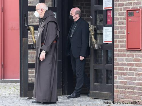Kardinal Anders Arborelius (l.), Bischof von Stockholm, und Hans van den Hende, Bischof von Rotterdam, am 7. Juni 2021 bei ihrer Ankunft im Maternushaus in Köln anlässlich der Visitation des Erzbistum Köln.