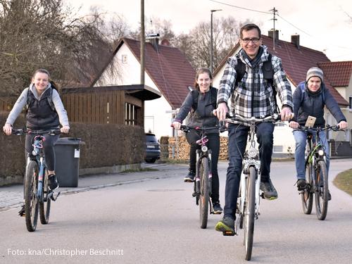 Eine Familie sitzt auf Fahrrädern.