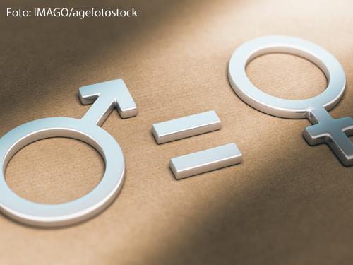 """Ein Foto zeigt die Symbole für das männliche und weibliche Geschlecht. Dazwischen ist ein """"=""""-Zeichen zu sehen."""