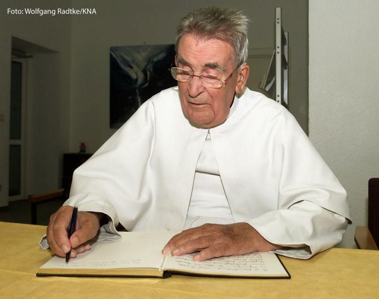 Pater Werenfried van Straaten, Gründer von Kirche in Not / Ostpriesterhilfe, trägt sich in das Gästebuch des Haus Heisterbach ein, am 19. September 2002 in Königswinter.