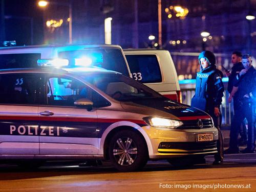 Polizeiwagen sichern die Wiener Innenstadt nach einem terroristischen Anschlag ab.