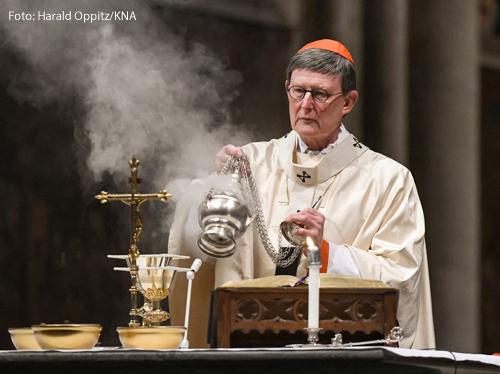 Kardinal Rainer Maria Woelki, Erzbischof von Köln, inzensiert den Altar mit Weihrauch während des Gottesdienstes zu Mariä Lichtmess am 2. Februar 2021 im Dom in Köln.