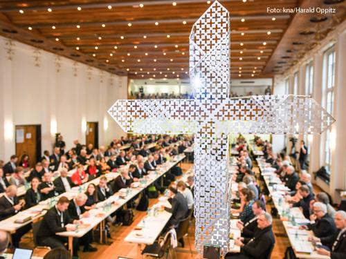 Im Januar fand die erste Vollversammlung des Synodalen Wegs statt. Der Dialogprozess soll nun trotz Corona weitergehen. Foto: kna/ Harald Oppitz