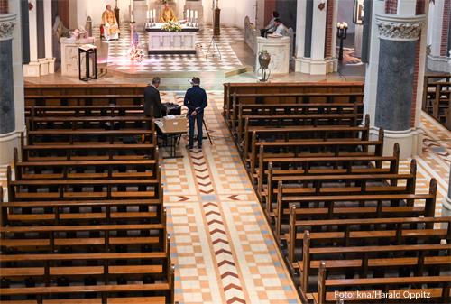 Eine leere Kirche, aus der ein Gottesdienst übertragen wird. Foto: kna/Harald Oppitz