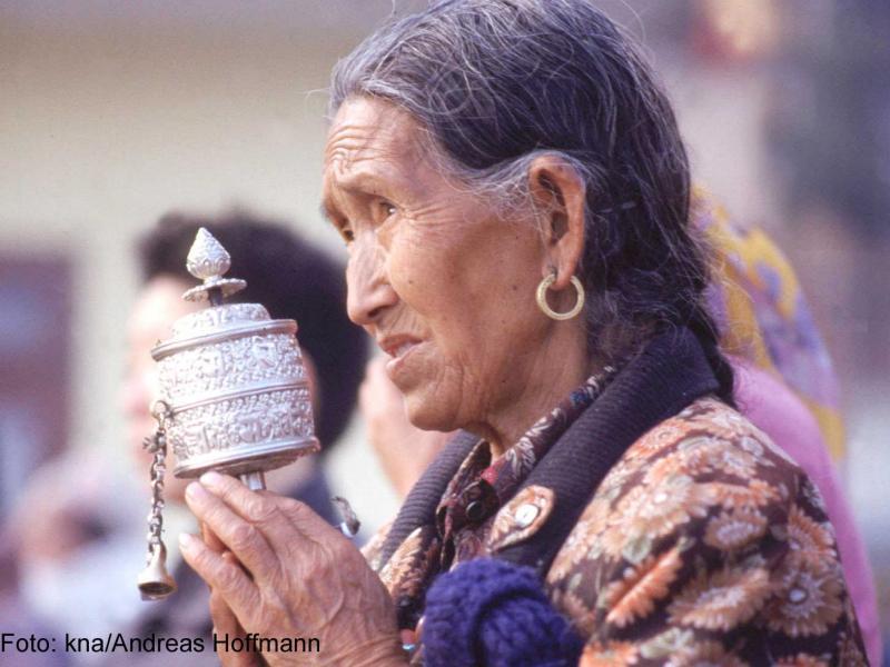 Buddhistin beim Beten